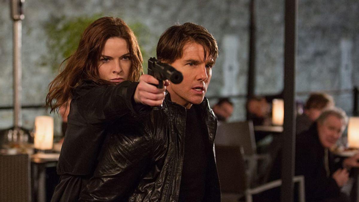 La nueva fotografía de Mission: Impossible 7-set muestra a Tom Cruise colgando del costado de un tren