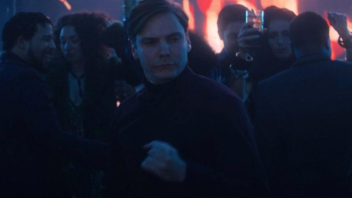 La estrella de Falcon y The Winter Soldier dice que hay una escena eliminada más larga en la que Zemo está bailando.