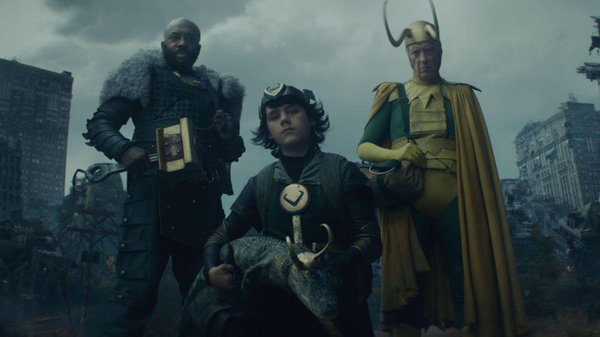 El clásico actor de Loki, Richard E. Grant, da un vistazo entre bastidores a su disfraz.