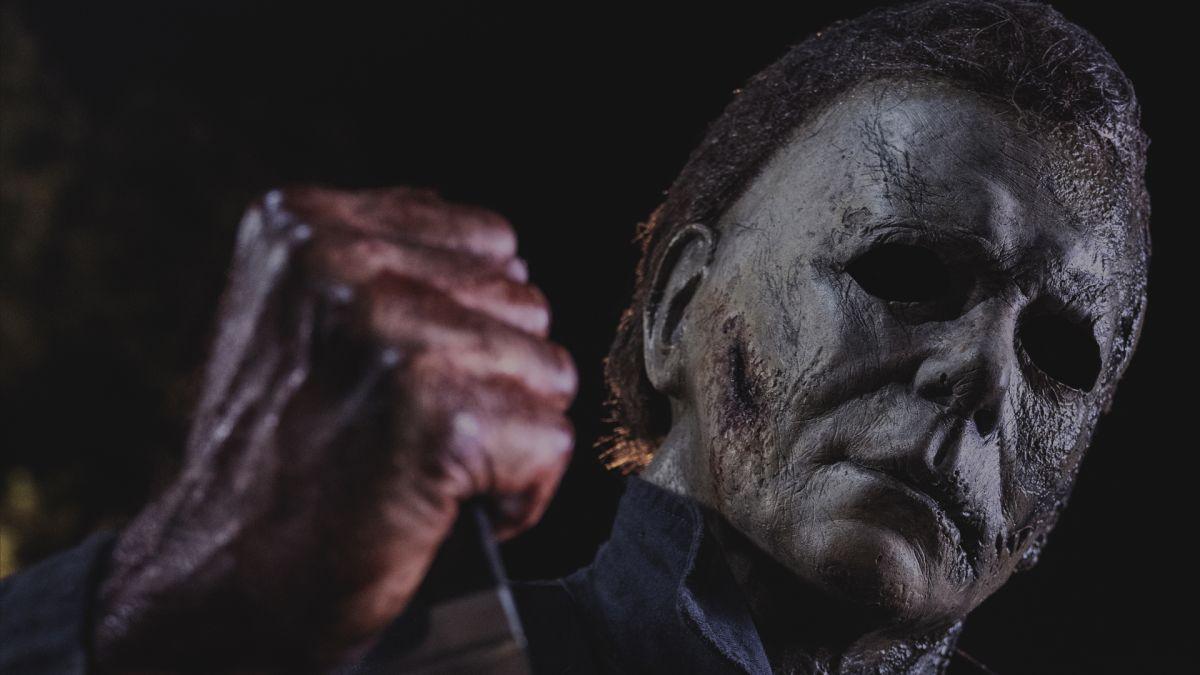 Nuevas imágenes de Halloween Kills debutan en CinemaCon, que muestran a Laurie tratando de quitarse la máscara de Michael